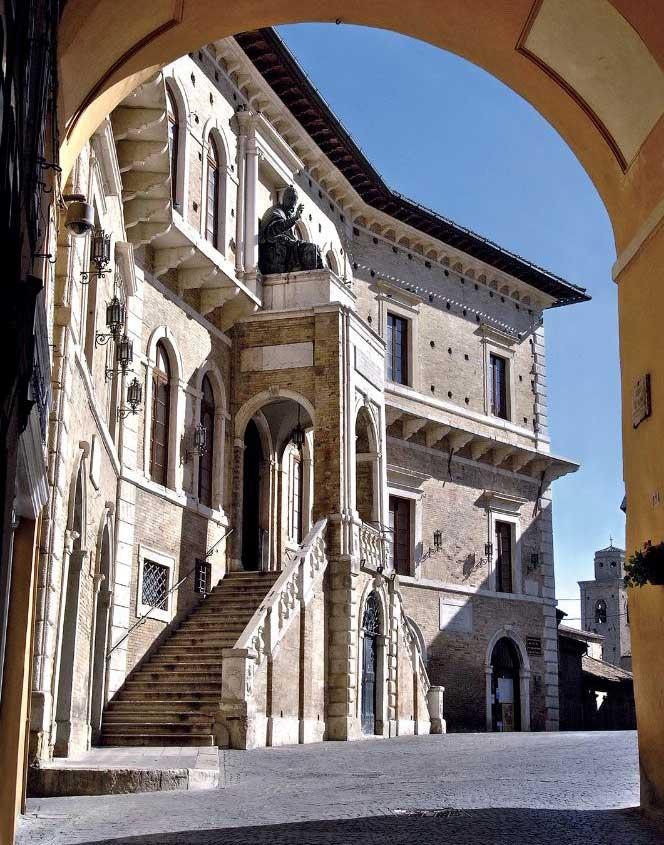 Fermo_palazzo_dei_Priori__prospetto_contatti